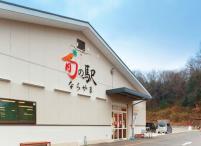 55e1624c802b1 奈良市内最大級の直売所。地元の野菜や加工品を中心に1000品以上の品揃えが自慢。併設のパンの直売コーナーには、約20店舗のパンが並ぶ。